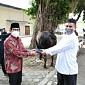 Gus Halim Serahkan Sapi Qurban ke Takmir Masjid Al-Muhajirin