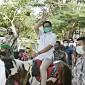 Tunggangi Kuda, Gus Menteri Nikmati Keindahan Desa Wisata Alam Gosari di Gresik